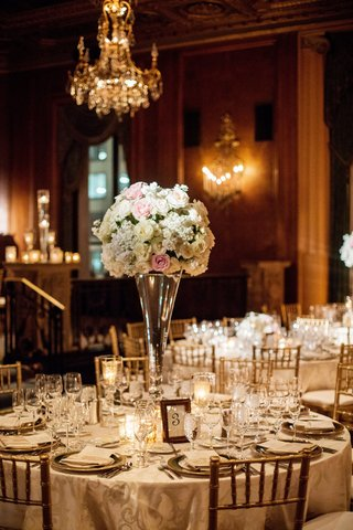blush-and-every-centerpiece-on-large-vase-chiavari-chairs