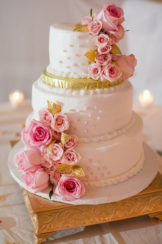 white-and-gold-round-wedding-cake-with-flowers