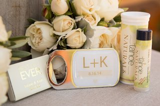 bridesmaid-and-groomsmen-favors-next-to-bouquet
