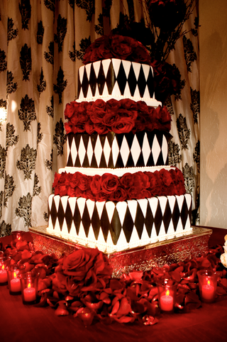 diamond-wedding-cake-in-black-and-white-with-red-roses