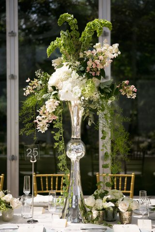 trumpet-vase-centerpiece-with-green-vines-and-white-flowers