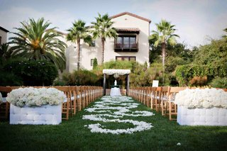 spanish-colonial-revival-hotel-courtyard-wedding-with-white-palette