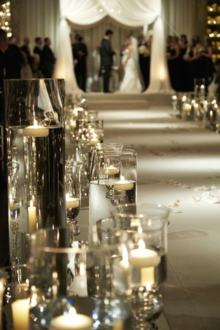 cylindrical-vases-filled-with-water-along-ceremony-aisle