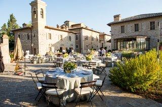 rehearsal-dinner-in-a-courtyard-at-castiglione-del-bosco