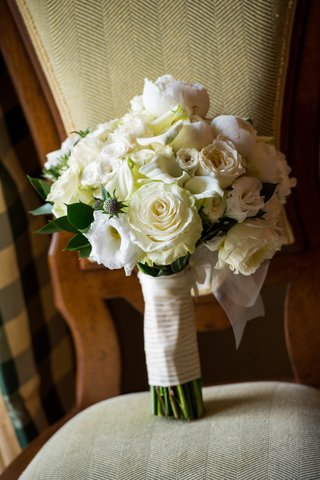 brides-bouquet-of-white-flowers