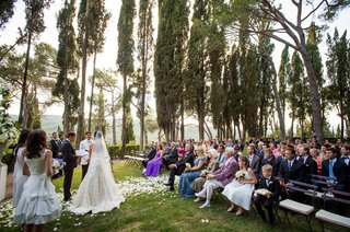 outdoor-wedding-ceremony-in-the-tuscany-surrounded-by-trees