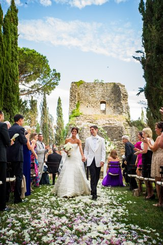 wedding-ceremony-held-near-the-hill-top-ruins-of-an-ancient-castle-in-tuscany