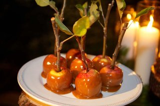 mini-candy-apples-with-sticks-and-leaves