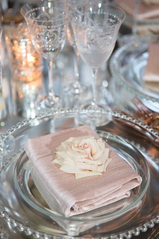 mirror-wedding-table-with-antique-glassware-light-pink-napkin-folded-with-pretty-rose-on-top