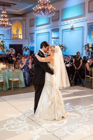 bride-with-hip-length-veil-dancing-with-groom