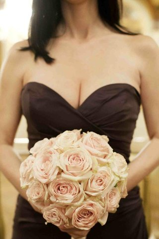 brown-bridesmaid-dress-with-light-pink-roses-bouquet