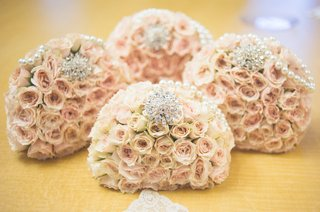 pale-pink-rose-bouquets-with-strands-of-pearls-rhinestone-brooches-for-bridesmaids
