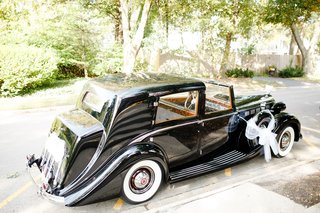 wedding-ceremony-at-church-grand-exit-vintage-car