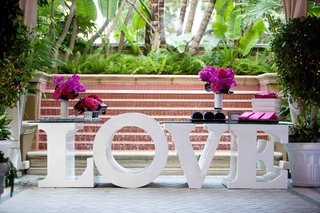 large-letter-l-o-v-e-table-with-hot-pink-flowers