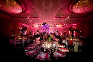wedding-reception-with-black-details-and-pink-lighting