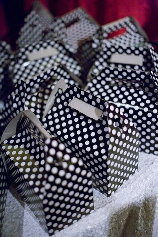 wedding-favor-packaging-with-black-and-white-polka-dots
