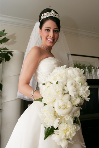 white-and-ivory-free-flowing-flower-arrangement