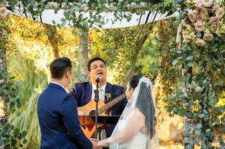 acoustic-guitar-performance-during-wedding-ceremony-under-chuppah