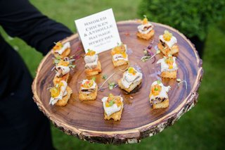 wood-slice-natural-tray-rustic-wedding-ideas-cocktail-hour