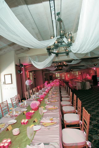 family-style-wedding-seating-with-pink-tablecloth-and-green-runner