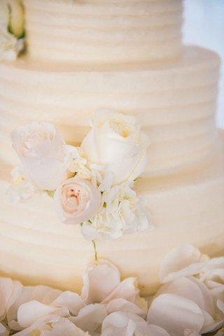 white-textured-wedding-cake-with-ivory-roses-hydrangeas-from-susiecakes