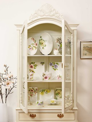villeroy-boch-quinsai-garden-china-cabinet-with-plateware-white-plates-cups-floral