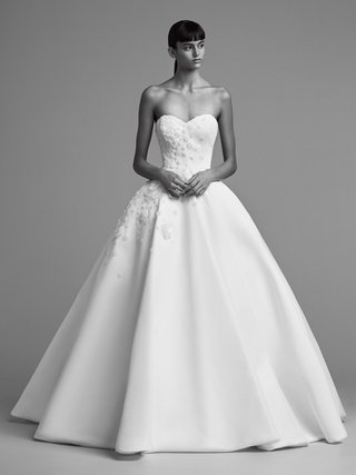 viktor-and-rolf-mariage-fall-winter-2018-wedding-dress-strapless-ball-gown-sweetheart-neckline