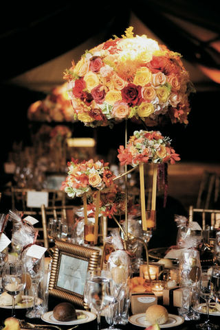 reception-table-centerpiece-in-autumn-colors-and-gold