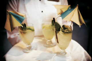 wedding-drinks-with-blue-and-yellow-cocktail-umbrellas