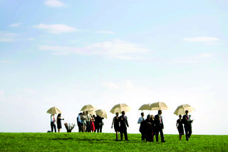 wedding-guests-walk-to-outdoor-ceremony