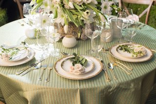 green-white-gold-and-pink-tablescape-alfresco-napa-valley-california-inspired-charger-plates-florals