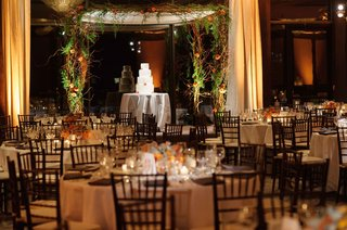 wedding-reception-at-brentwood-country-club-greenery-curly-willow-branches-over-wedding-cake-round