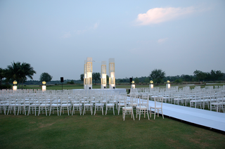 outdoor-white-ceremony-on-grass-lawn-at-hotel