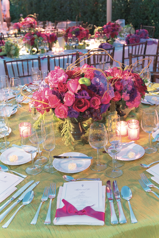 green-tablecloth-with-rose-flower-arrangement