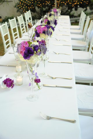 outdoor-white-table-with-purple-centepieces