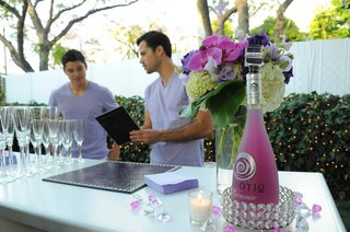 bartenders-discuss-menu-at-bridal-shower-bar
