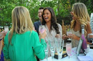 vanessa-minnillo-and-friends-laugh-with-cocktails