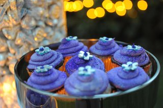 purple-cupcakes-with-silver-flowers