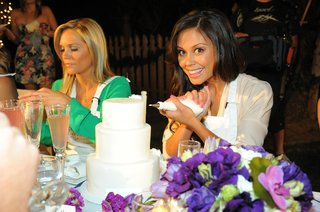 vanessa-minnillo-begins-to-decorate-cake