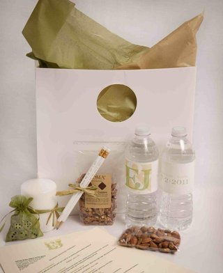 green-and-white-wedding-guest-bag-with-almonds-and-water-bottles