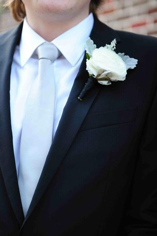 white-rose-boutonniere-with-dusty-miller-and-foliage