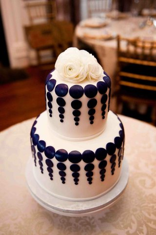 white-fondant-cake-with-purple-dot-design-and-ranunculus