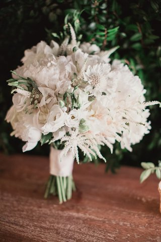 white-blooms-in-bridal-bouquet-white-flowers-greenery-ribbon