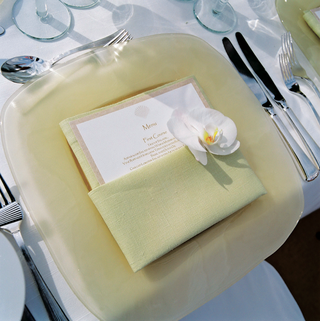 pale-yellow-plate-linen-napkin-and-shell-motif-menu