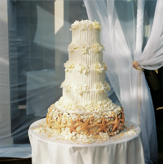 white-wedding-cake-with-seashell-cake-stand