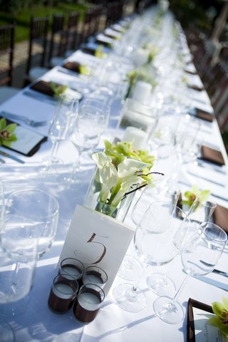 outdoor-wedding-tablescape-with-simple-details