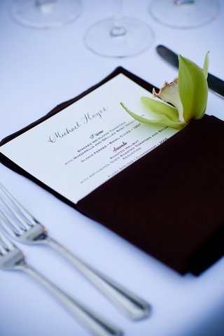 brown-napkin-with-green-orchid-at-wedding-place-setting