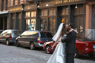 wedding-couple-kissing-on-street