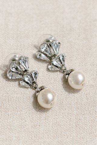 brides-wedding-day-jewelry-earrings-with-diamonds-and-drop-pearls