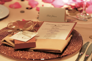 sparkling-charger-plate-with-menu-card-and-favor